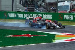 Kevin Magnussen, Haas F1 Team VF-17 bloque une roue et sort large à côté de Sebastian Vettel, Ferrari SF70H