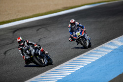 Loris Baz, Avintia Racing, Ducati, hinter Jonathan Rea, Kawasaki Racing