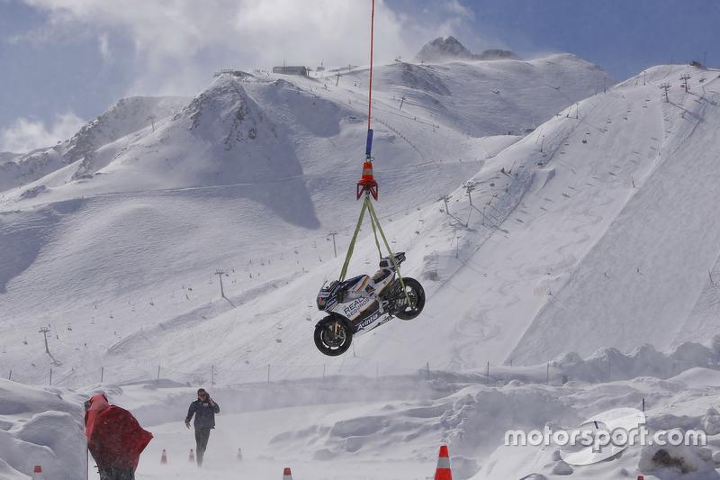 La moto de Avintia Racing MotoGP a punto de llegar