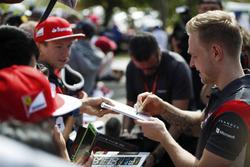 Kevin Magnussen, Haas F1 Team, signe des autographes aux fans