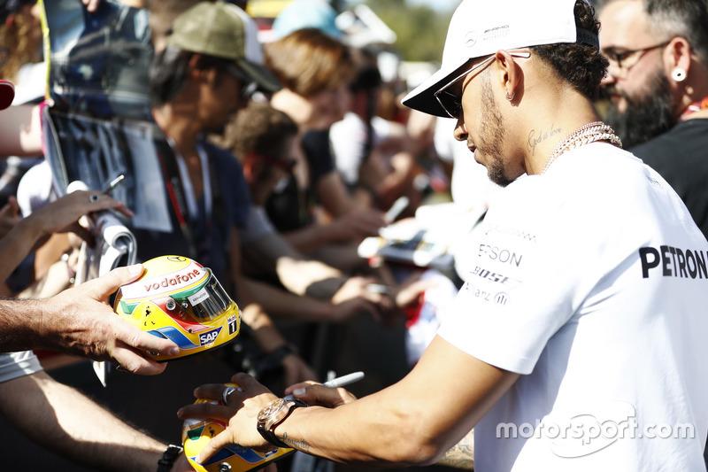 Lewis Hamilton schreibt Autogramme
