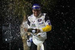 Podium : Mike Rockenfeller, Corvette Racing fête la victoire au champagne.