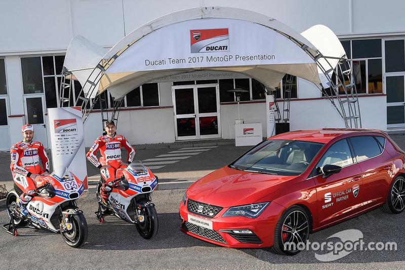 Jorge Lorenzo y Andrea Dovizioso con el SEAT León Cupra