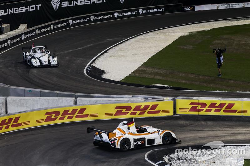 Sebastian Vettel, redondea la esquina delante de Tom Kristensen, conduciendo del Radical SR3 RSX