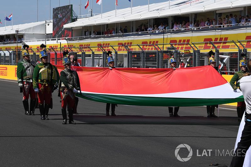 Bandera húngara en la parrilla