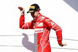 Podio: il vincitore della gara Sebastian Vettel festeggia la vittoria