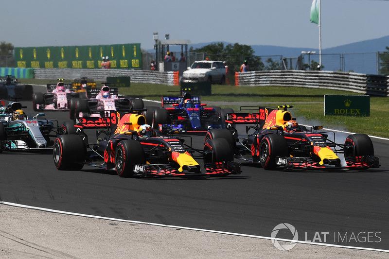 Hungria 2017 - Verstappen força para cima de Ricciardo, eles tocam e o australiano abandona.