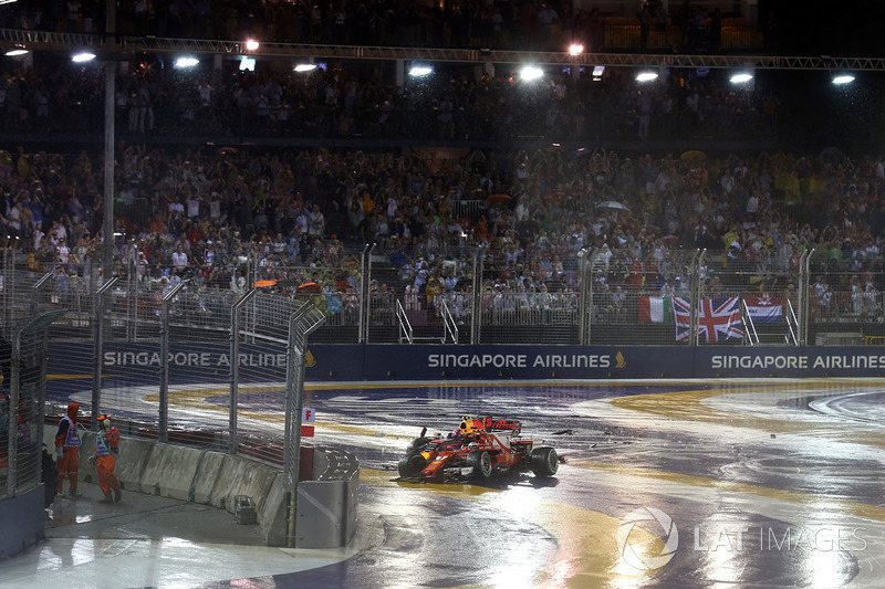 Los coches de  Kimi Raikkonen, Ferrari SF70H and Max Verstappen, Red Bull Racing RB13 chocados después del accidente al inicio