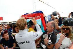 Nico Rosberg, Mercedes AMG F1 signe des autographes pour les fans