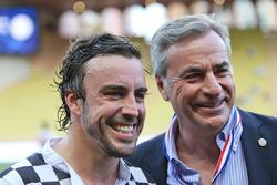 Fernando Alonso, McLaren, avec Carlos Sainz lors d'un match de football caritatif