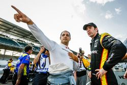 Juan Pablo Montoya, Team Penske Chevrolet talking con Simon Pagenaud, Team Penske Chevrolet