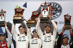 Podium: race winnaars Timo Bernhard, Mark Webber, Brendon Hartley, Porsche Team