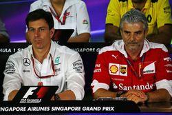 Toto Wolff, Mercedes AMG F1 accionista y Director Ejecutivo y Maurizio Arrivabene, director del equi
