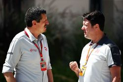 Guenther Steiner, Haas F1 Team Principal with Dave O'Neill, Haas F1 Team Team Manager