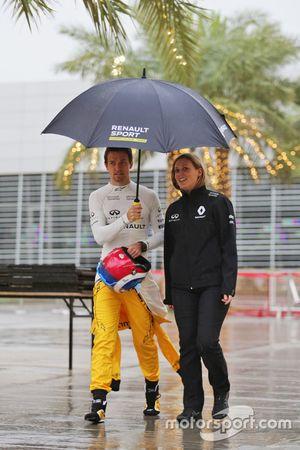 Jolyon Palmer, Renault Sport F1 Team en un prado húmedo y lluvioso con Aurelie Donzelot, Gerente de