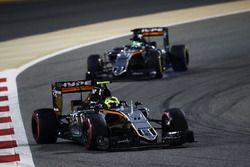 Sergio Perez, Sahara Force India F1 VJM09, précède son équipier Nico Hulkenberg, Sahara Force India F1 VJM09