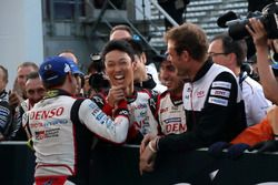 レース後、握手を交わす小林可夢偉と中嶋一貴(Kamui Kobayashi & Kazuki Nakajima)
