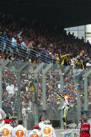 Yarış galibi Valentino Rossi