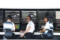 Eric Boullier, Director de carreras de McLaren y David Redding, director del equipo McLaren, en la p