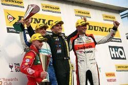 Podio: Ganador de la carrera, Aron Smith, BKR, segundo lugar Gordon Shedden, Halfords Yuasa Racing,