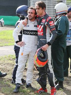 Fernando Alonso, McLaren mit Esteban Gutierrez, Haas F1 Team, nach dem Rennunfall