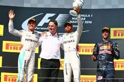 Podio: Lewis Hamilton, Mercedes AMG F1 Team, ganador del segundo lugar Nico Rosberg, Mercedes AMG F1