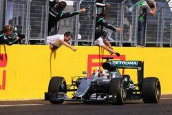 Ganador de la carrera Lewis Hamilton, Mercedes AMG F1 Team
