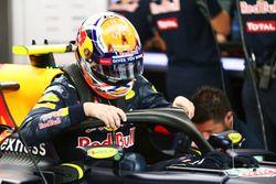 Max Verstappen, Red Bull Racing RB12 con la cubierta de la cabina Halo