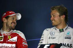 Sebastian Vettel, Ferrari, mit Nico Rosberg, Mercedes AMG F1, in der Pressekonferenz