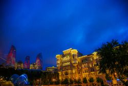 Baku gece atmosferi, Alev Kuleleri ve eski şehir