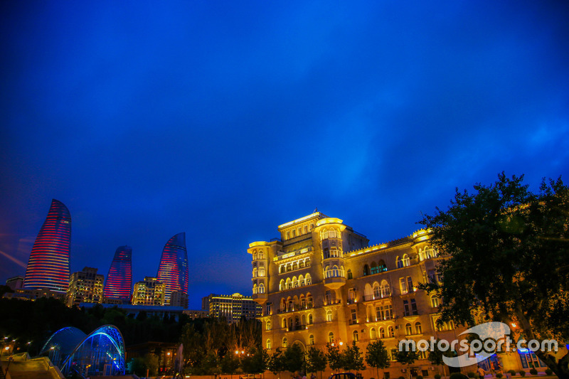 Бакинська атмосфера: вогняні вежі та старе місто