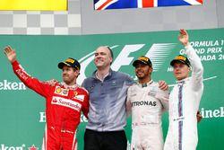 Podio: Sebastian Vettel, Ferrari, segundo lugar; Lewis Hamilton, Mercedes AMG F1 ganador de la carre