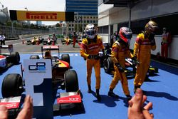 Le vainqueur Antonio Giovinazzi, PREMA Racing, Mitch Evans, Pertamina Campos Racing & Sean Gelael, Pertamina Campos Racing