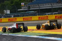Romain Grosjean, Haas F1 Team VF-16 and Kevin Magnussen, Renault Sport F1 Team RS16 battle for position