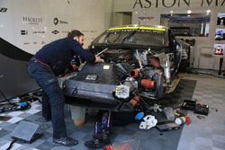 Механік #97 Aston Martin Racing Aston Martin Vantage працює з двигуном