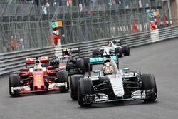 Yarış galibi Lewis Hamilton, Mercedes AMG F1 galibiyetini kutluyor