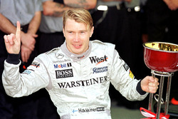 Мика Хаккинен празднует свой чемпионский титул в 1998 году