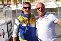 MAXSpeed Entertainments Richard Boisclair mit einem Vertreter von VEGA Tires