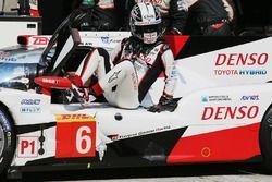 #6 Toyota Racing Toyota TS050 Hybrid: Kamui Kobayashi en pits