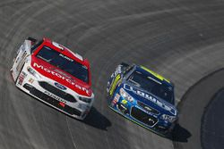 Ryan Blaney, Wood Brothers Racing Ford, und Jimmie Johnson, Hendrick Motorsports Chevrolet