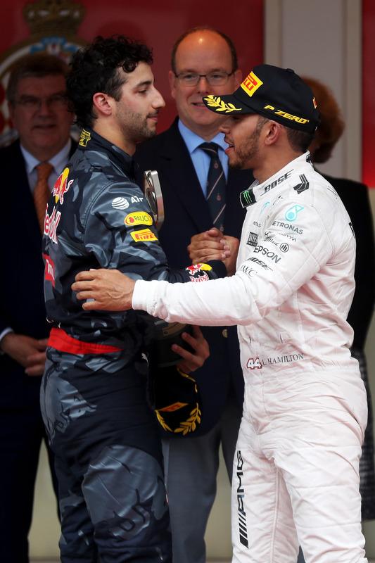 Daniel Ricciardo, Red Bull Racing felicita a Lewis Hamilton, Mercedes AMG F1 en el podio