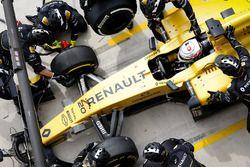 Kevin Magnussen, Renault Sport F1 Team RE16 pitstop