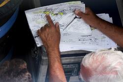 Enrique Scalabroni zeigt Christian Horner, Teamchef von Red Bull Racing, einige Designs für einen ak