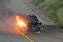 El auto de Tony Stewart, Stewart-Haas Racing en llamas tras estrellarse
