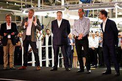 Marek Reichman, vice-président exécutif et responsable création Aston Martin Lagonda Ltd parle sur scène avec Martin Brundle, Andy Palmer, PDG Aston Martin Lagonda Ltd, David King, vice président et responsable des opérations spéciales Aston Martin Lagonda Ltd et Christian Horner, directeur Red Bull lors de la présentation du Project AMRB 001 par Aston Martin et Red Bull