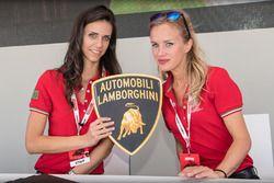 Chicas hermosas con el logo de Lamborghini