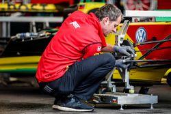 Ein Mechaniker von ABT Schaeffler Audi Sport bei der Arbeit