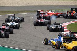 Sebastian Vettel, Ferrari SF16-H en Kimi Raikkonen, Ferrari SF16-H maken contact bij de start