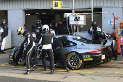 #88 Proton Competition Porsche 911 RSR: Richard Lietz, Gianluca Roda, Christian Ried driver change