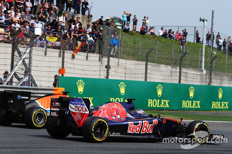 Pascal Wehrlein, Manor Racing MRT05 and Max Verstappen, Scuderia Toro Rosso STR11 battle for position